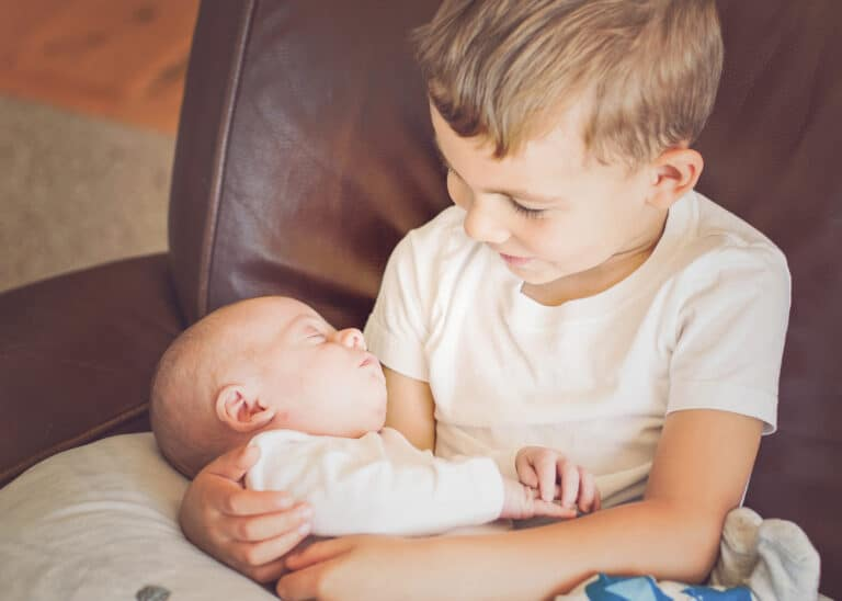 4 Ways To Help Your Firstborn Adjust To A New Sibling